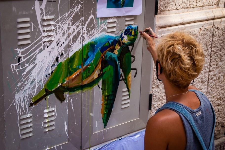 Carolina Adan paints mural